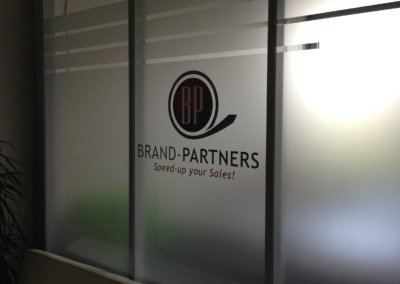 Lettrage et sablage vitrine Brand Partners